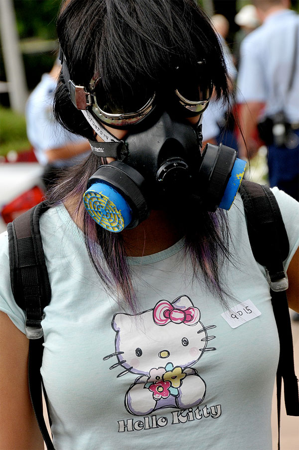 hello-kitty-gas-mask-girl.jpg