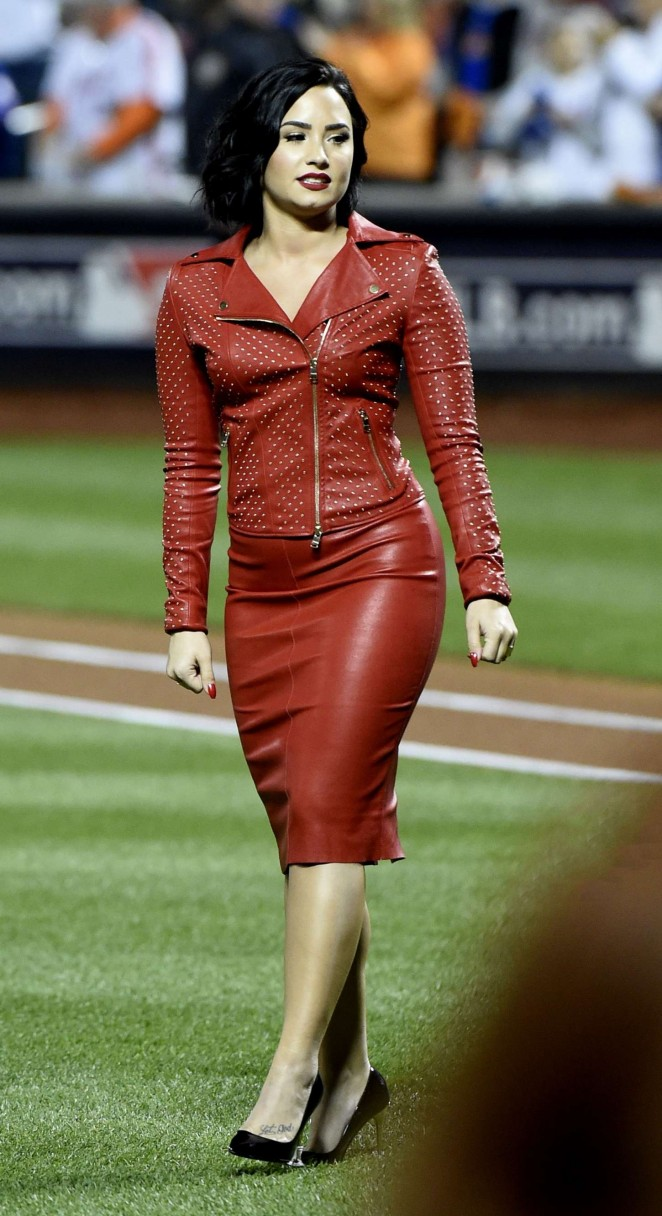 Demi-Lovato:-MLB-World-Series-Game-Four--08-662x1216-1.jpg