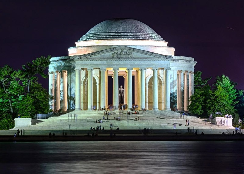 roy_howell4-nighttime-visitors-to-jefferson-memorial-from-across-tidal-basin_mydccool-homepage-photos-07.12.17.jpg